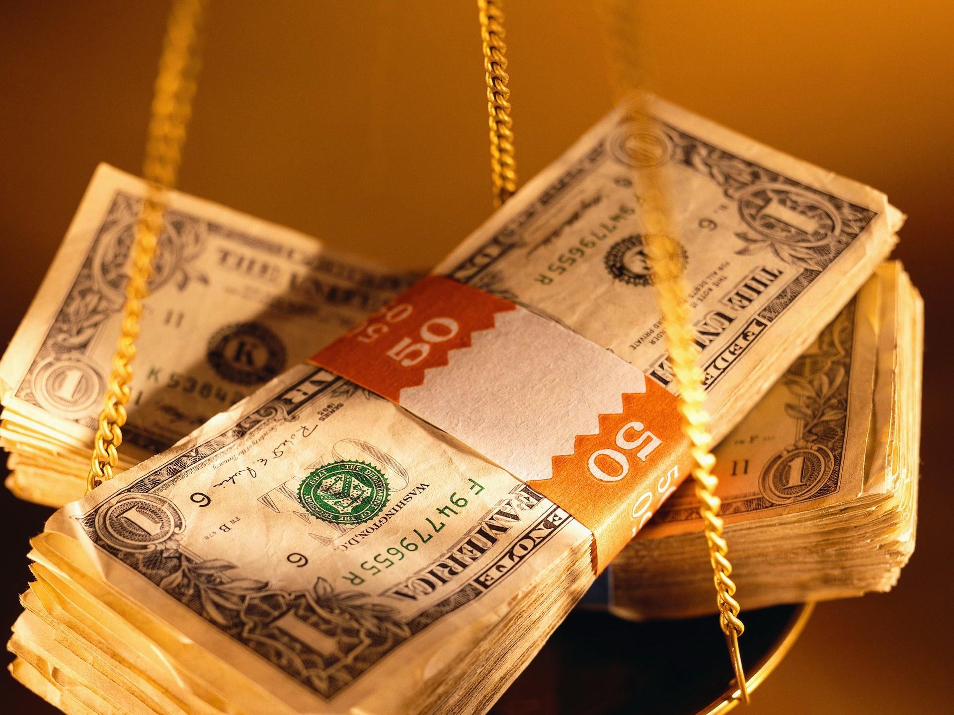 Доллары на чаше весов